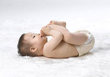 宝宝吃手是智力发展的标志高清图片